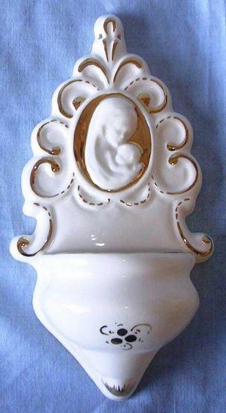 Imagen de Virgen con el Niño Pila de Agua Bendita cm 22 (8,7 in) Cerámica vidriada Benditera Blanca y Oro