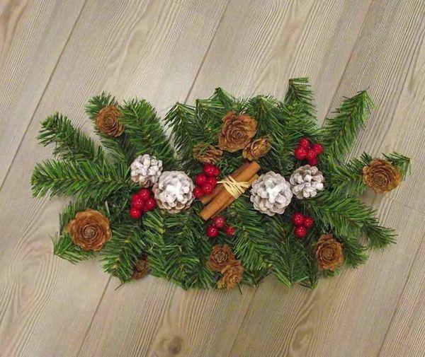 Imagen de Corona Centro de mesa navideño diám. cm 50 (19,7 inch) en plástico PVC verde con adornos naturales, bayas rojas y piñas
