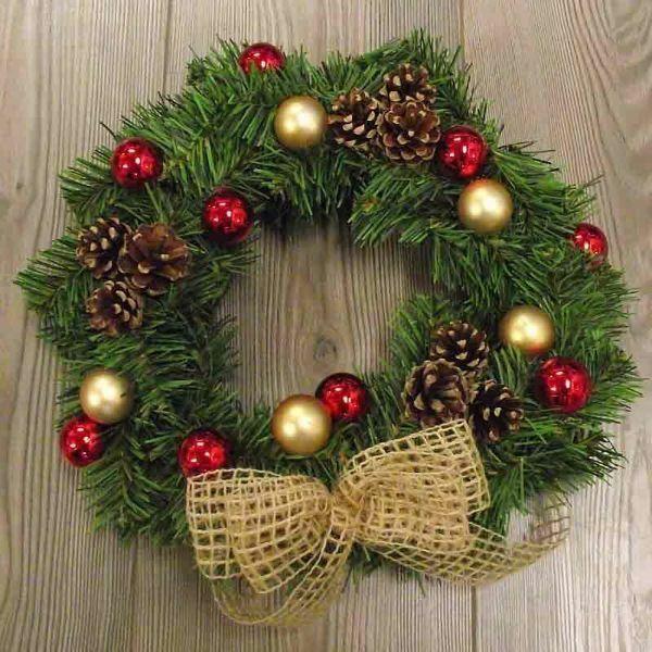 Immagine di Corona di Natale diam. cm 30  in plastica PVC verde con fiocco, decori e pigne naturali