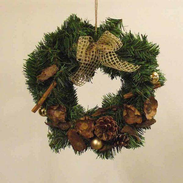 Imagen de Corona de Navidad diám. cm 30 (11,8 inch) en plástico PVC verde,  con adornos naturales, bayas rojas y piñas