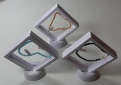 Imagen de Pulsera con cuentas de cristal y cruz de madreperla en caja - Topacio Aguamarina Ónix