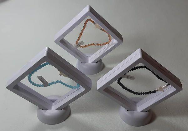 Immagine di Bracciale con grani in cristallo e croce madreperla in scatola - Topazio Acquamarina Onice