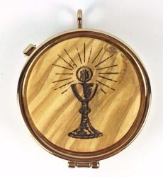 Picture of Eucharistic Pyx Sacred Hosts Vessel Diam. cm 5 (2,0 inch) Chalice Host and Rays of Light in Gold plated Brass and Olive Wood of Assisi