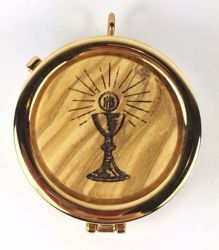 Picture of Eucharistic Pyx Sacred Hosts Vessel Diam. cm 6 (2,4 inch) Chalice Host and Rays of Light in Gold plated Brass and Olive Wood of Assisi