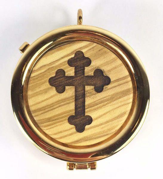 Immagine di Teca eucaristica Viatico Scatola porta Ostie Diam. cm 6 (2,4 inch) Croce stilizzata in Ottone dorato e Legno di Ulivo di Assisi