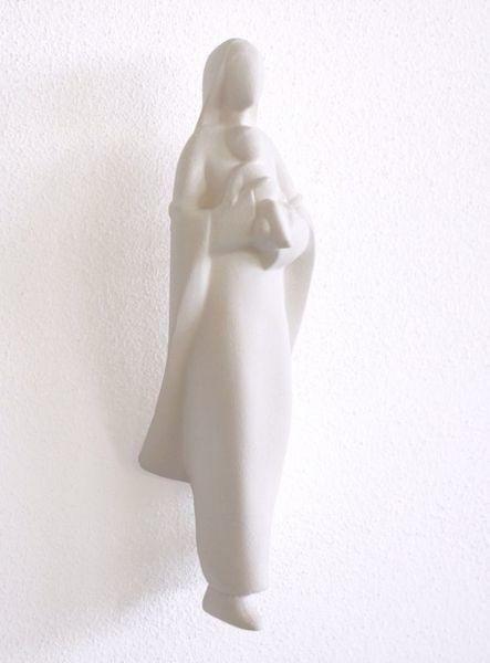 Imagen de Madonna con Niño a la salida cm 25 (9,8 inch) Escultura de pared en arcilla refractaria blanca Cerámica Centro Ave Loppiano