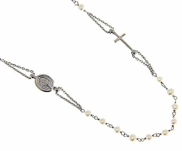 Imagen de Collar Rosario Cuello Redondo con Medalla Nuestra Señora Milagrosa y Cruz cadena pasante gr 4,8 Oro blanco 18kt con Perlas para Mujer