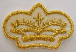 Immagine di Applicazione Ricamata Corona Oro cm 5,5x3,6 (2,2x1,4 inch) su Tessuto di Raso Oro Argento Chorus Emblema per Paramenti liturgici
