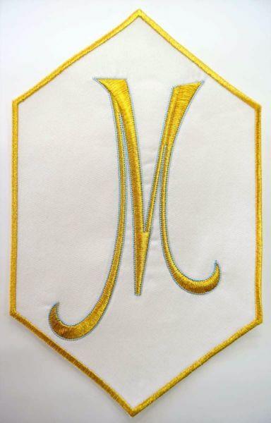 Immagine di Applicazione Ricamata esagonale Simbolo Mariano M cm 19,2x31,3 (7,6x12,3 inch) su Tessuto di Raso Avorio Chorus Emblema per Paramenti