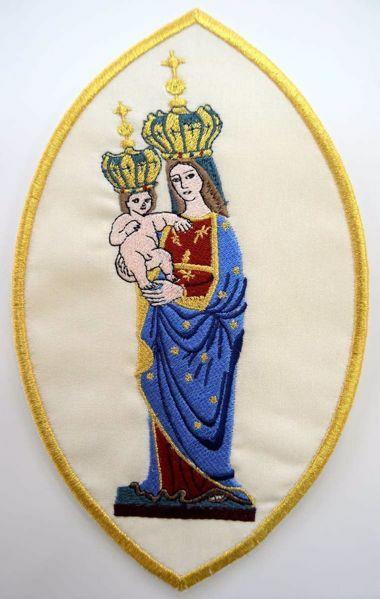 Immagine di Applicazione Ricamata ovale Mariana Madonnina con Bimbo cm 15,2x24,4 (6,0x9,6 inch) su Tessuto di Raso Avorio Chorus Emblema per Paramenti