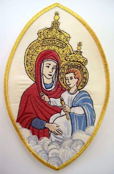 Immagine di Applicazione Ricamata ovale Mariana Madonnina con Nuvole cm 11,8x19,4 (4,6x7,6 inch) su Tessuto di Raso Avorio Chorus Emblema per Paramenti