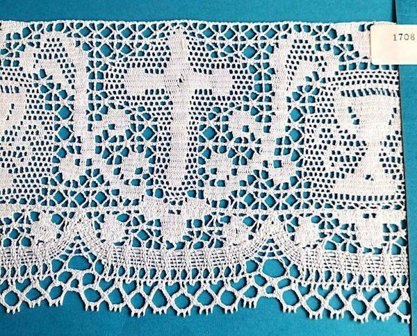 Imagen de Encaje de Bolillos Bordado Cruz y Cáliz H. cm 13 (5,1 inch) Algodón puro Blanco para Mantel de Altar y Vestiduras Sagradas