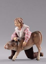 Immagine di Bambino inginocchiato con vitello cm 12 (4,7 inch) Presepe vestito Hannah Alpin statua in legno Val Gardena abiti in tessuto