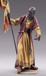 Imagen de Paje de los Reyes Magos con Bandera cm 10 (3,9 inch) Pesebre vestido Immanuel estilo oriental estatua en madera Val Gardena trajes de tela