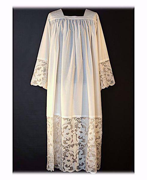 Imagen de A MEDIDA Alba litúrgica cuello cuadrado bordado floral en tul puro lino blanco