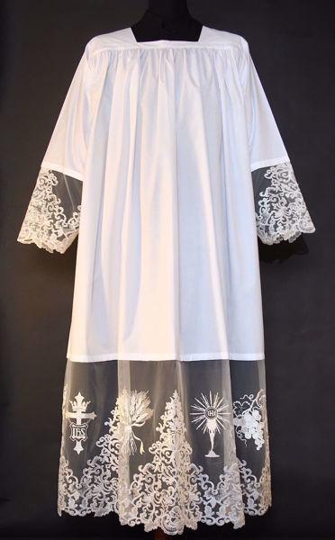 Imagen de A MEDIDA Alba litúrgica cuello cuadrado bordado Cruz IHS Espigas Cáliz Uvas en tul puro lino blanco