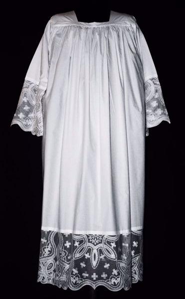 Immagine di SU MISURA Camice liturgico collo quadro ricamo liberty Croci piccole su tulle sfrangiato puro lino bianco