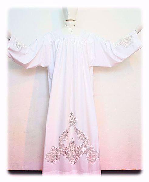 Immagine di SU MISURA Camice liturgico collo quadro ricamo diretto ad arabeschi e su inserti in rete misto cotone bianco