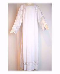 Immagine di SU MISURA Camice liturgico collo quadro ricamo guipures Croci piccole misto cotone bianco