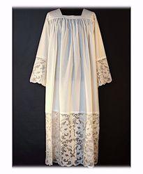 Immagine di SU MISURA Camice liturgico collo quadro ricamo sfrangiato floreale su tulle misto cotone bianco