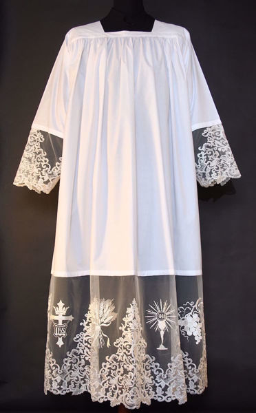 Immagine di SU MISURA Camice liturgico collo quadro ricamo Croce IHS Spighe Calice Uva su tulle sfrangiato misto cotone bianco