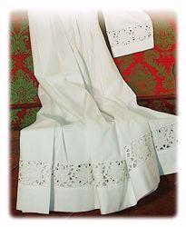 Immagine di SU MISURA Camice liturgico collo quadro ricamo guipures a Gigli intagliato a mano misto cotone bianco