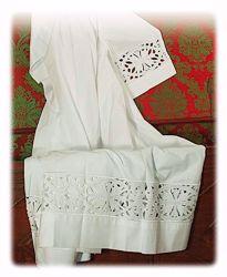 Immagine di SU MISURA Camice liturgico collo quadro ricamo guipures Croci grandi misto cotone bianco