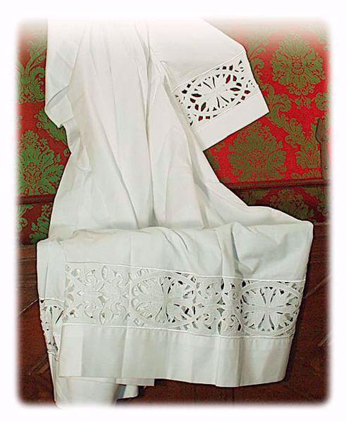 Immagine di SU MISURA Camicione liturgico collo chiuso ricamo guipures Croci grandi misto cotone bianco