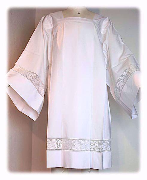 Imagen de A MEDIDA Sobrepelliz litúrgica cuello cuadrado bordado floral en tul mezcla de algodón blanco