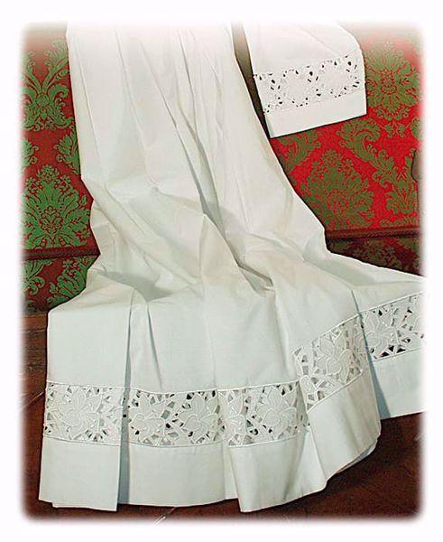 Immagine di SU MISURA Cotta liturgica collo quadro ricamo guipures a Gigli intagliato a mano misto cotone bianco