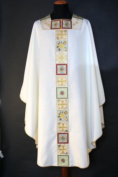 Imagen de Casulla Cuello Cuadrado Estolón y Cuello en patrón geométrico y cruces Lona Vaticana Marfil Rojo Verde Violeta