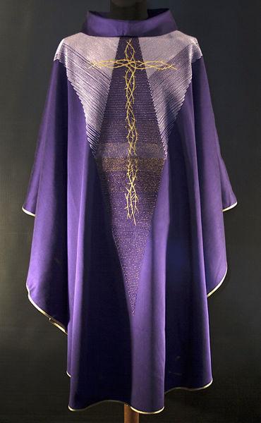 Imagen de Casulla moderna, Cuello Anillo, bordado directo de Cruz de Espinas lana de oro dégradé Lona Vaticana Violeta