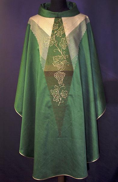 Imagen de Casulla moderna, Cuello Anillo, bordado directo Uva lana de oro dégradé Lana pura Verde