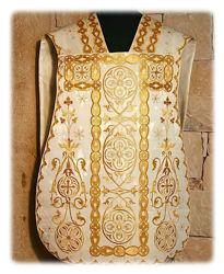 Immagine di Pianeta Romana Collo a trapezio ricamata in oro tessuto Damasco Giglio Bianco Rosso Verde Viola
