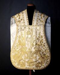 Immagine di Pianeta Romana Collo a trapezio riccamente ricamata disegno antico filato oro disegno floreale Lamiglia Bianco Avorio