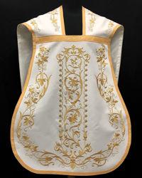 Immagine di Pianeta Romana Collo a trapezio Ricamata Filato oro con Disegno barocco Croce JHS Gallone oro Velluto Bianco Rosso Verde Viola