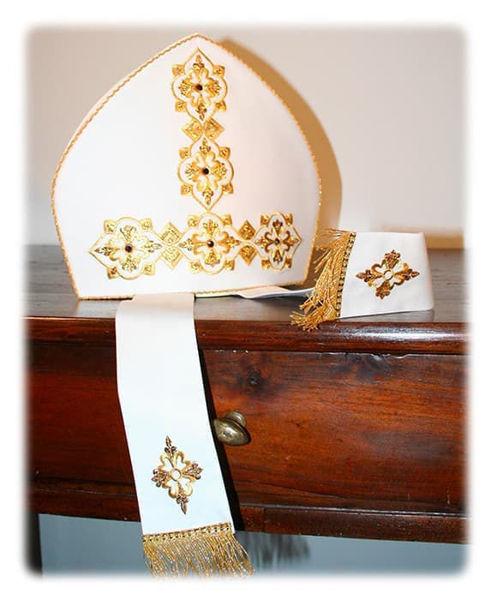 Immagine di Mitria Liturgica Ricamo Oro e Lametta Strass di Cristallo Raso Bianco