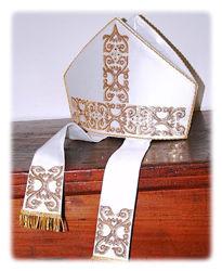 Immagine di Mitria Liturgica Stile Moderno Ricamo Oro Paillettes Strass Cristallo Raso Bianco