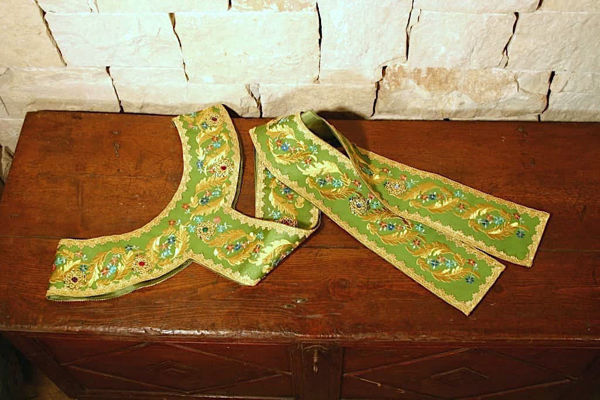 Immagine di Pallio Liturgico Ricamo Oro e Colori Raso Bianco Rosso Verde Viola Oro Azzurro